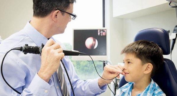 Bác sĩ thực hiện nội soi sẽ luồn ống nội soi vào mũi bệnh nhân sau đó đi xuống họng, thanh quản.