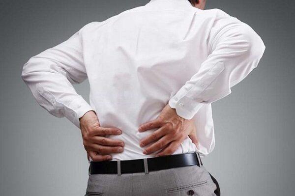 Cơn đau buốt ở hông sau lưng cũng tình trạng tiểu tiểu buốt, tiểu ra máu kéo là biểu hiện của sỏi tiết niệu