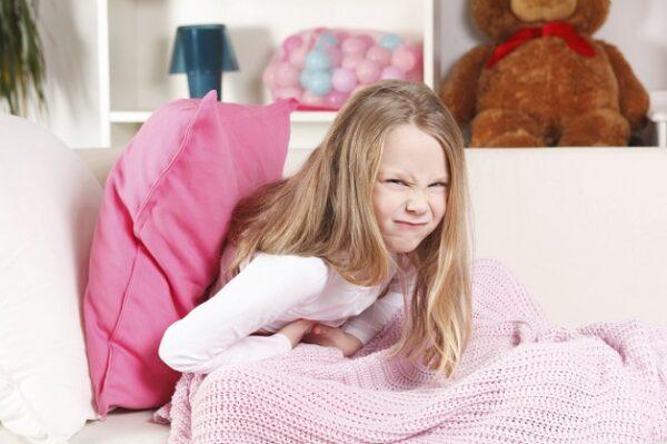 Đau bụng âm ỉ và tăng dần là 1 trong những dấu hiệu nhận biết đau ruột thừa ở trẻ em