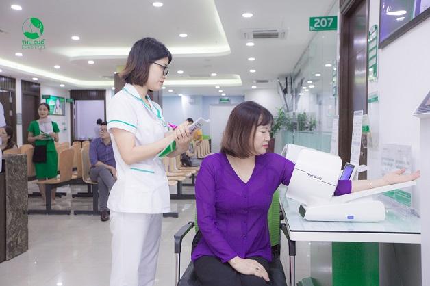 Bệnh nhân thăm khám phụ khoa tại Thu Cúc được nhân viên y tế hướng dẫn sát sao