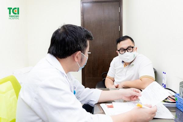 Người bệnh đọc kết quả cùng bác sĩ sau quá trình nội soi không đau