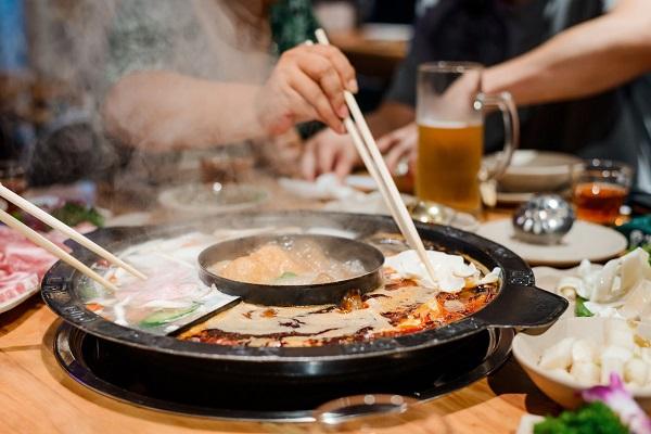Vi khuẩn H.pylori có thể lây lan qua đường ăn uống, khi tiếp xúc với nước bọt của người bệnh do dùng chung bát, đĩa...