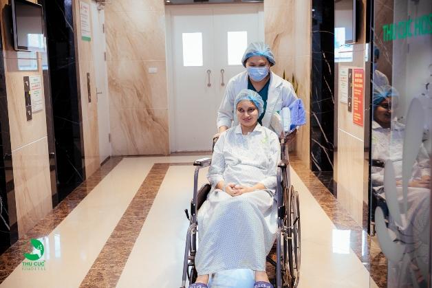Nhanh chóng tới bệnh viện khi có dấu hiệu chuyển dạ giúp bác sĩ kiểm tra và chăm sóc kịp thời cho mẹ và bé.
