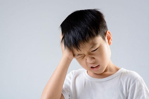 trẻ nhức đầu
