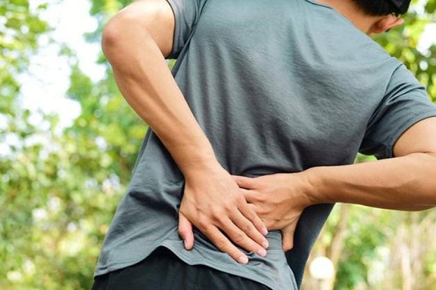 Đau lưng thường xảy ra khi người bệnh bị thận suy yếu