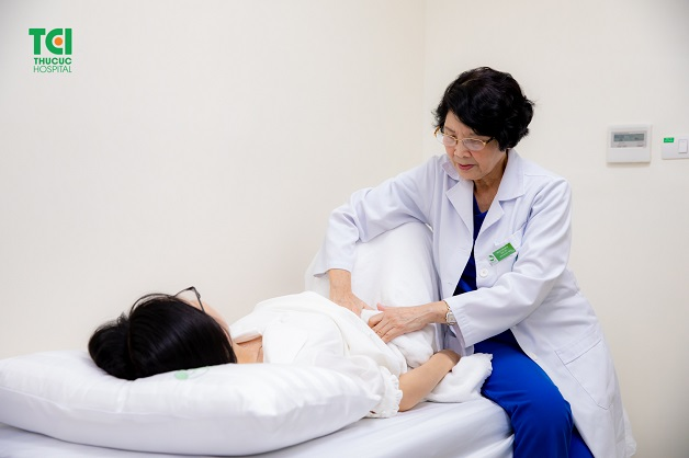 Thăm khám kịp thời với bác sĩ tại cơ sở y tế uy tín giúp tìm ra nguồn gốc cơn đau
