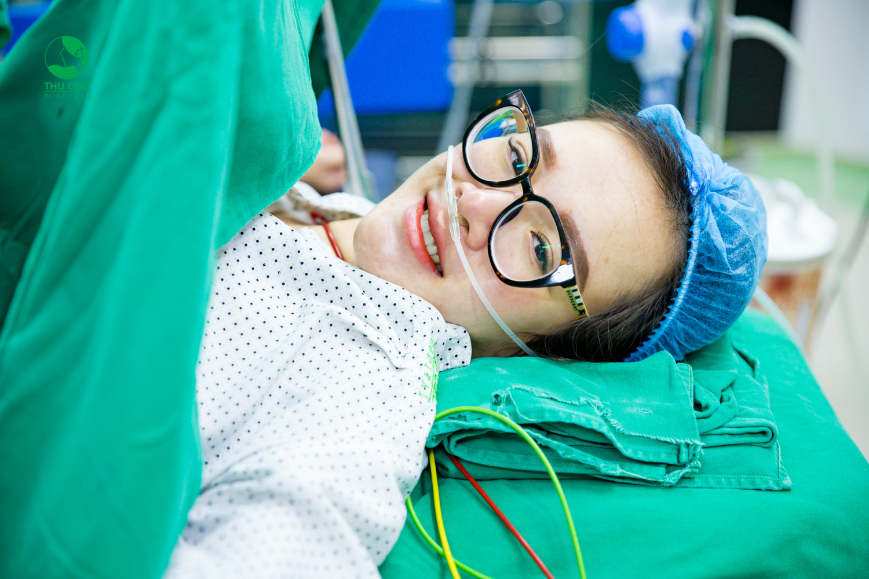 Nguy cơ vỡ mạch máu, xuất huyết khi chuyển dạ khiến các mẹ bầu thược bị chỉ định đẻ mổ.