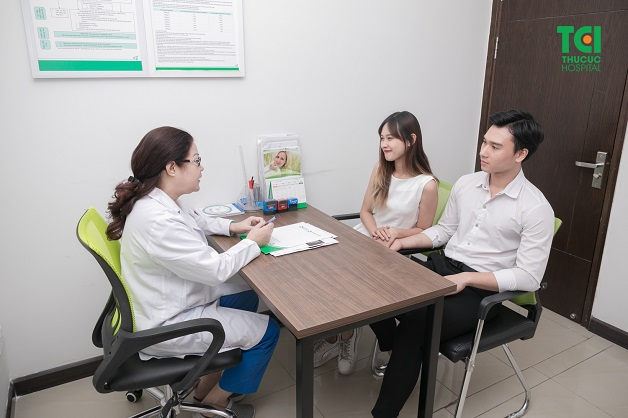 Để biết rõ dấu hiệu mang thai sớm, chị em nên tới bệnh viện để được bác sĩ tư vấn