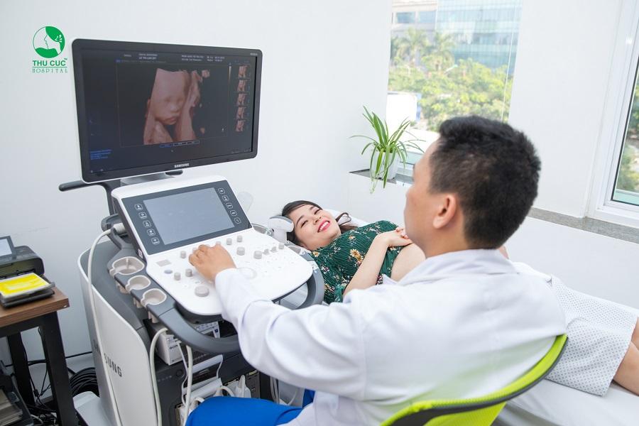 Mẹ bầu siêu âm thai tại Bệnh viện ĐKQT Thu Cúc