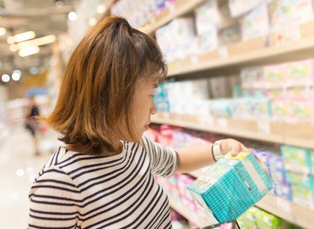 Nên tìm hiểu kỹ về thương hiệu, bảng thành phần và đọc review để mua dung dịch vệ sinh phù hợp
