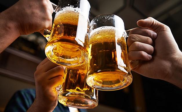 Rượu bia là những đồ uống cần kiêng khi tìm hiểu bị gan nhiễm mỡ kiêng gì