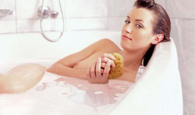 Tránh ngâm mình trong bồn tắm lâu vì vi khuẩn trong nước sẽ dễ dàng xâm nhập vào cơ thể