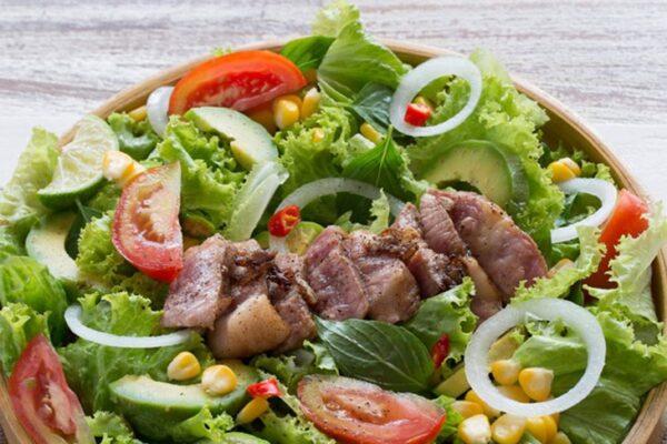 Salad bò bổ dưỡng mà dễ làm cho mẹ sau sinh mổ