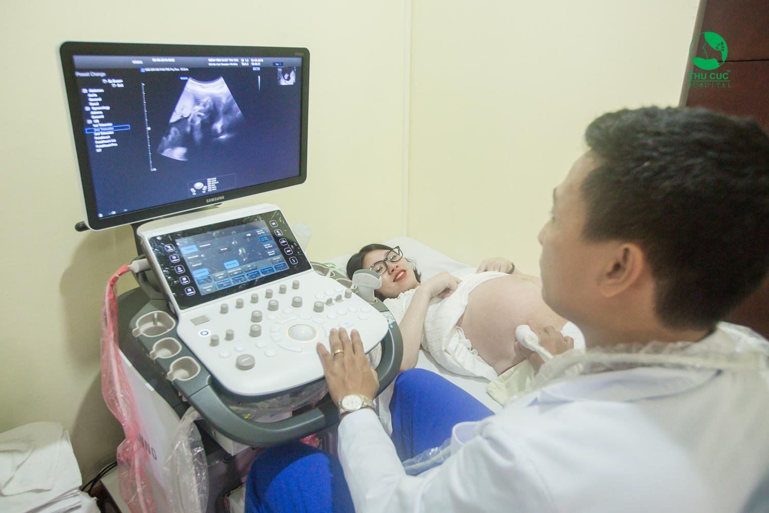 Mẹ bầu siêu âm tại bệnh viện ĐKQT Thu Cúc