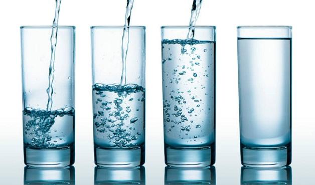 Uống nhiều nước sau khi tán sỏi ngược dòng để tống xuất các vụn sỏi ra ngoài cơ thể