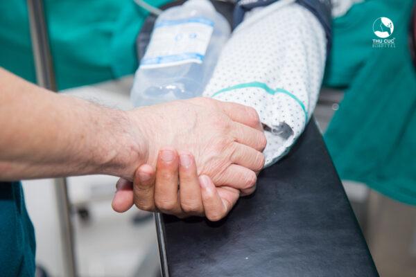 Tán sỏi nội soi ngược dòng đòi hỏi đội ngũ bác sĩ có chuyên môn cao, giàu kinh nghiệm