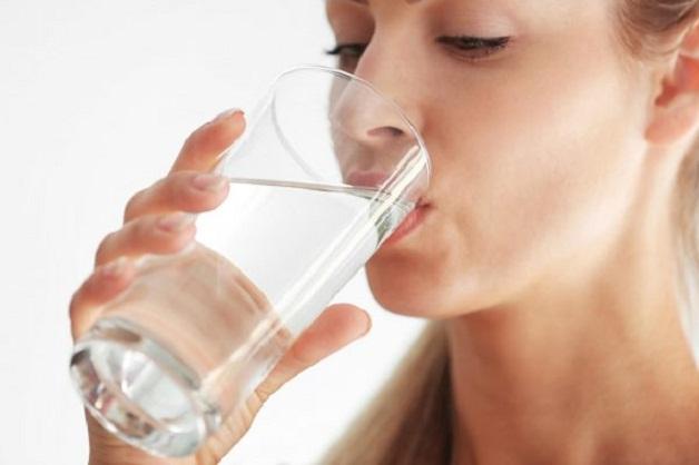 Uống đủ nước mỗi ngày giúp loại bỏ các cặn bã tồn đọng ở thận ra khỏi cơ thể