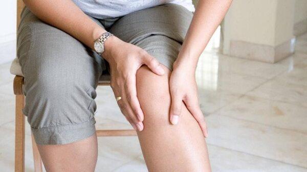Thoái hóa khớp gối có thể do tuổi tác hoặc nhiều nguyên nhân