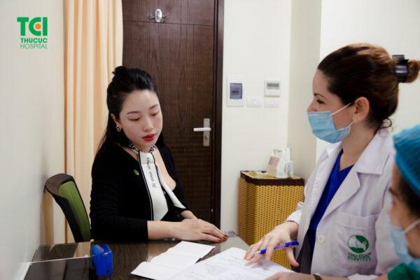 Thăm khám ở các bệnh viện uy tín để kiểm tra về tình trạng phát triển của thai nhi