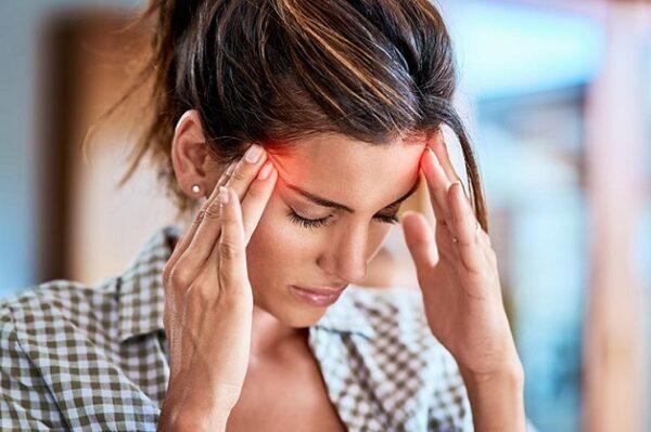 Đau đầu là một trong những triệu chứng dễ nhận thấy của những người bị thiếu máu não