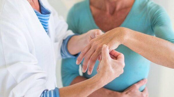 Cần khám và điều trị kịp thời viêm khớp dạng thấp