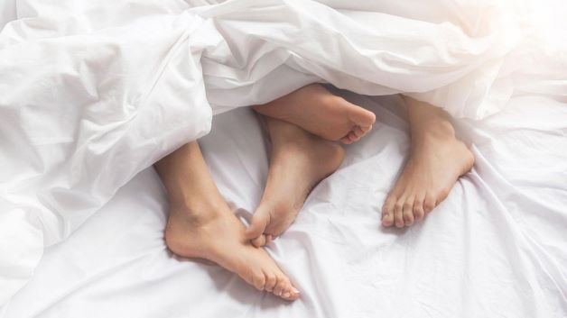 Phụ nữ có thói quen quan hệ tình dục thiếu an toàn, quan hệ tình dục với những người có bệnh xã hội, bệnh lây nhiễm, khiến vi khuẩn tấn công vào bộ phận sinh dục, gây tắc vòi trứng.
