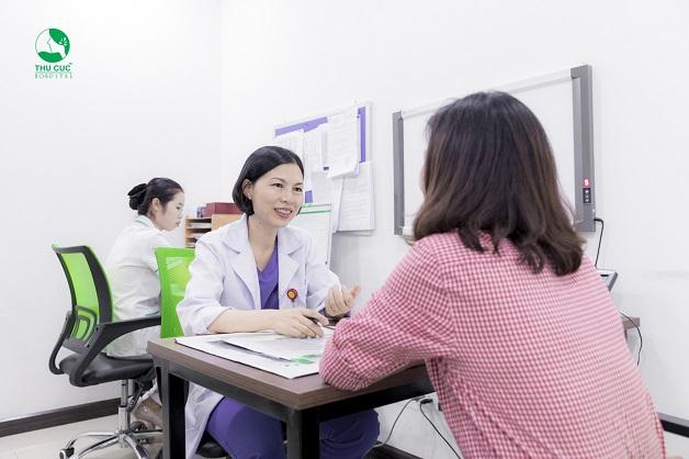 Để biết nguyên nhân gây ra tình trạng khí hư có mùi, chị em nên tới bệnh viện để được bác sĩ tư vấn
