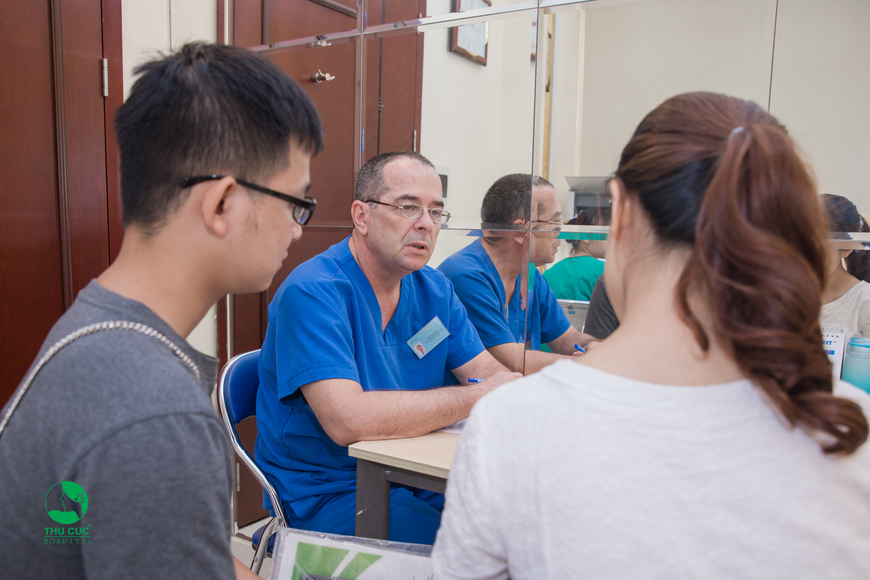 Bác sĩ Thu Cúc đang đọc kết quả và tư vấn cho bệnh nhân