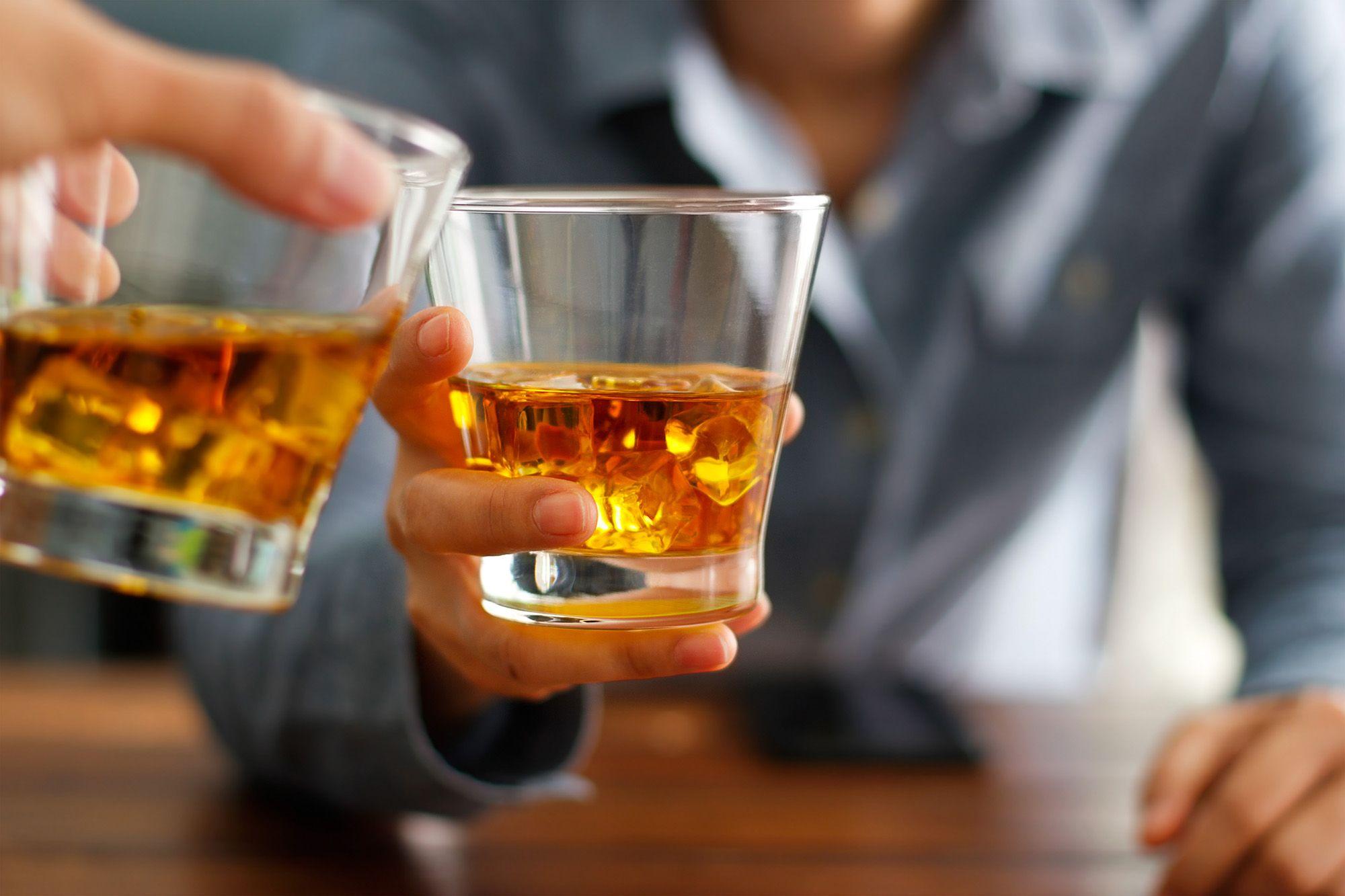 Thường xuyên dùng đồ uống có cồn gây nên suy giảm hormone nam giới