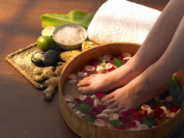 Ngâm chân với nước nóng hoặc thảo dược là cách chữa rối loạn tiền đình