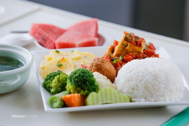 Sau phẫu thuật cần bổ sung nhiều thực phẩm chứa nhiều protein và chất xơ, rau xanh, hoa quả