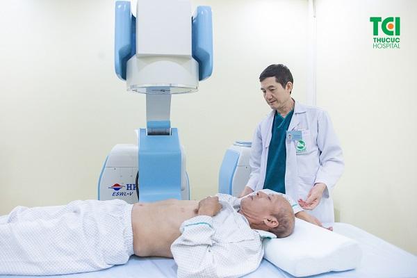Cận cảnh tán sỏi niệu quản 1/3 ngoài cơ thể được thực hiện tại Bệnh viện ĐKQT Thu Cúc.