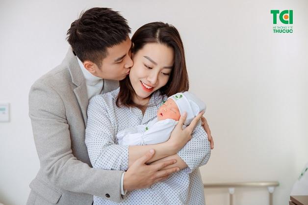 Gia đình diễn viên Mạnh Quân chụp ảnh sau sinh