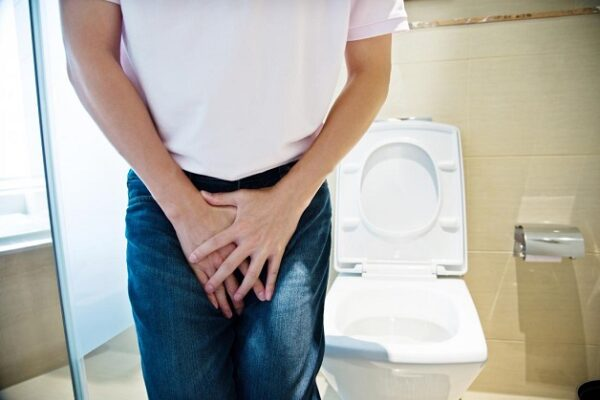 Viêm tiết niệu triệu chứng ở nam giới là tiểu rắt, tiểu buốt, tiểu ra máu, lỗ sáo chảy mủ
